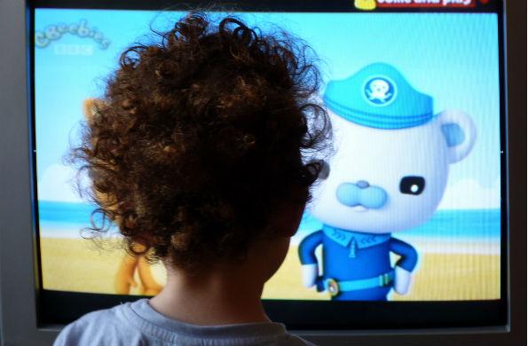 Mirar TV por las noches reduce las horas de sueño en los niños