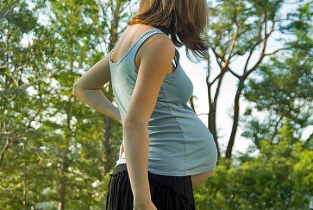 ¿Sirve caminar para desencadenar el parto?