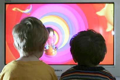 Los niños pasan las mismas horas frente a la televisión que sus padres