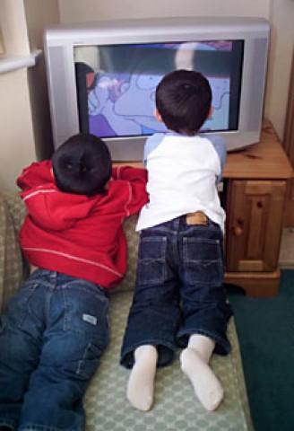 Los hijos de madres obesas pasan más horas mirando la televisión