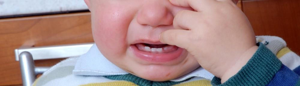 ¿Por qué llora mi bebé con extraños?